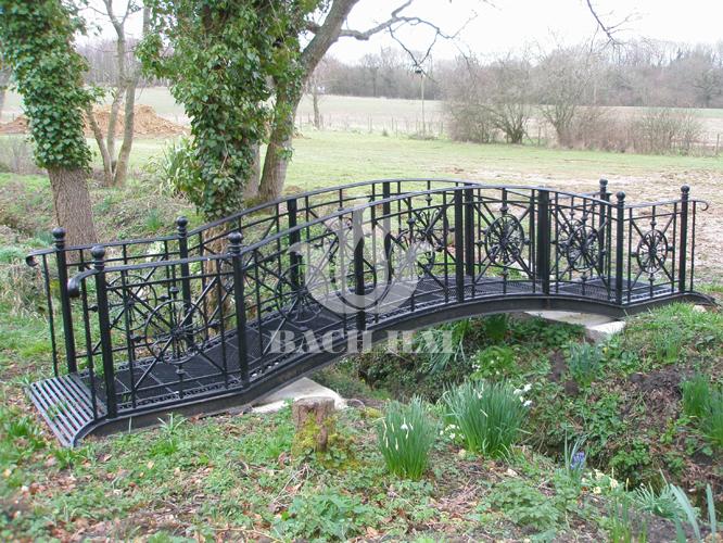 Cầu sắt uốn lượn đẹp trang trí sân vườn.