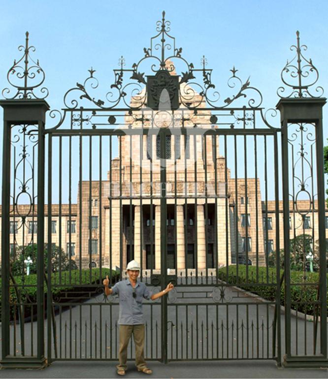 Sân vườn thơ mộng trang trí bằng cổng sắt đẹp