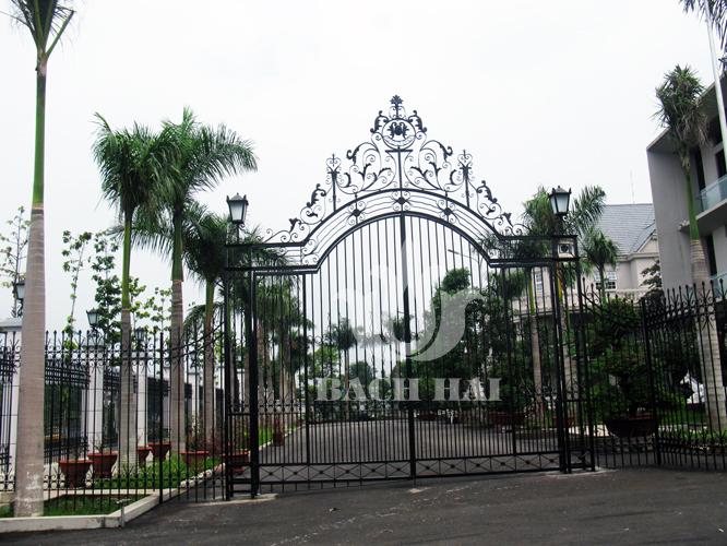 Cổng biệt thự thiết kế cổ điển, đẹp, an toàn, hài hoà và thống nhất