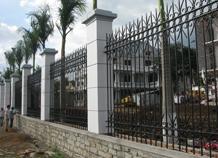 Hàng rào sắt đẹp bảo vệ khuôn viên nhà rộng.