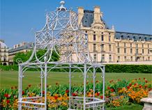 Vọng lâu sắt nổi bật trong sân vườn, sắt làm vọng lâu cổ điển.