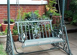 Xích đu sắt trang trí tô điểm thêm cho ngôi nhà rạng rỡ